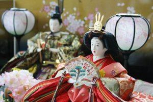 雛人形で段飾りの並べ方と飾り方は?