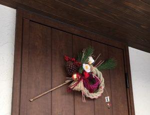正月飾りで玄関には何を飾る? しめ縄