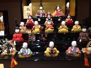 雛人形で段飾りの並べ方と飾り方や道具の意味、向きや方角は?