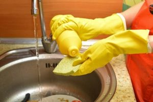 冬の手荒れの予防法は?ゴム手袋を使う